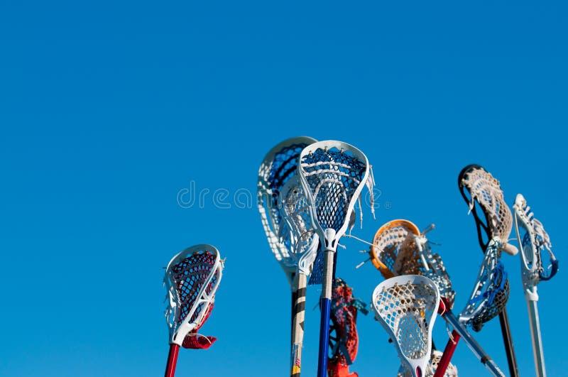 Beaucoup de bâtons de lacrosse dans le ciel photographie stock