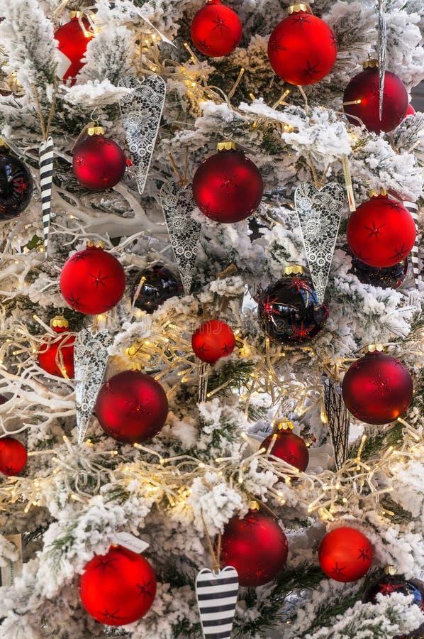 Beaucoup de babioles rouges de Noël photographie stock