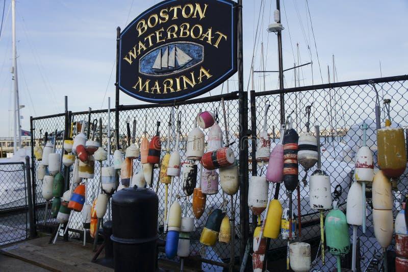 Beaucoup de balises de homard accrochant au-dessus du grillage tissé images stock