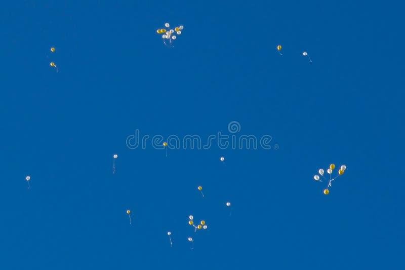 Beaucoup de baloons lumineux dans le ciel bleu illustration stock