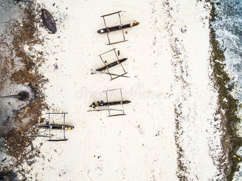 Beaucoup de bateaux de pêche en bois sur le bord de la mer africain image stock