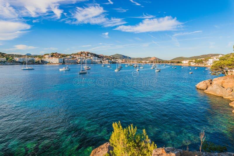Beaucoup de bateaux fait de la navigation de plaisance à la baie de Santa Ponsa sur Majorque images libres de droits