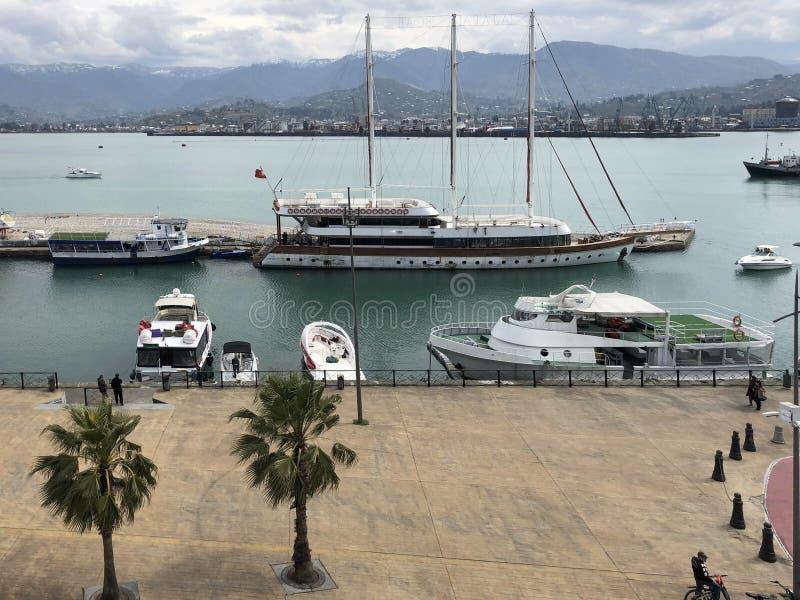 Beaucoup de bateaux, bateaux, revêtements de croisière dans le port et eau sur la station estivale tropicale de mer contre le cie photo stock