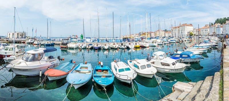Beaucoup de bateaux sont reflétés dans l'eau propre, port dans Piran, Sloveni photographie stock libre de droits