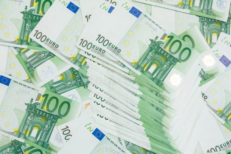 Beaucoup de billets de banque 100 de l'euro, le fond européen de pile de devise photos libres de droits