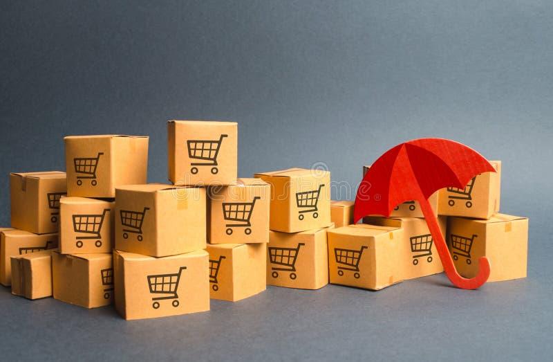 Beaucoup de boîtes en carton avec le dessin des caddies et du parapluie concept des achats d'assurance Protection fourniture de l photo libre de droits