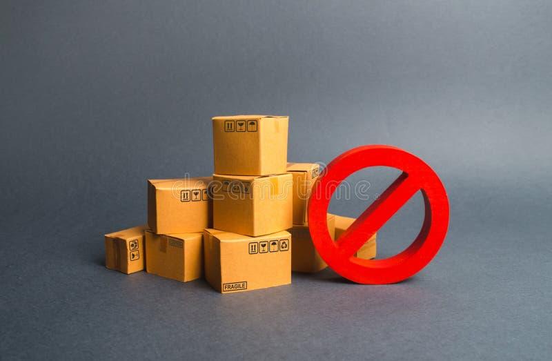 Beaucoup de boîtes en carton et un symbole rouge NON Embargo, guerres commerciales Restriction à l'importation des marchandises,  image stock