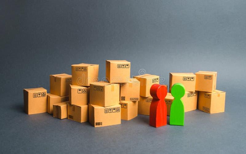 Beaucoup de boîtes et une communication entre l'acheteur et le vendeur, ou entre le fabricant et le détaillant discussion photos libres de droits