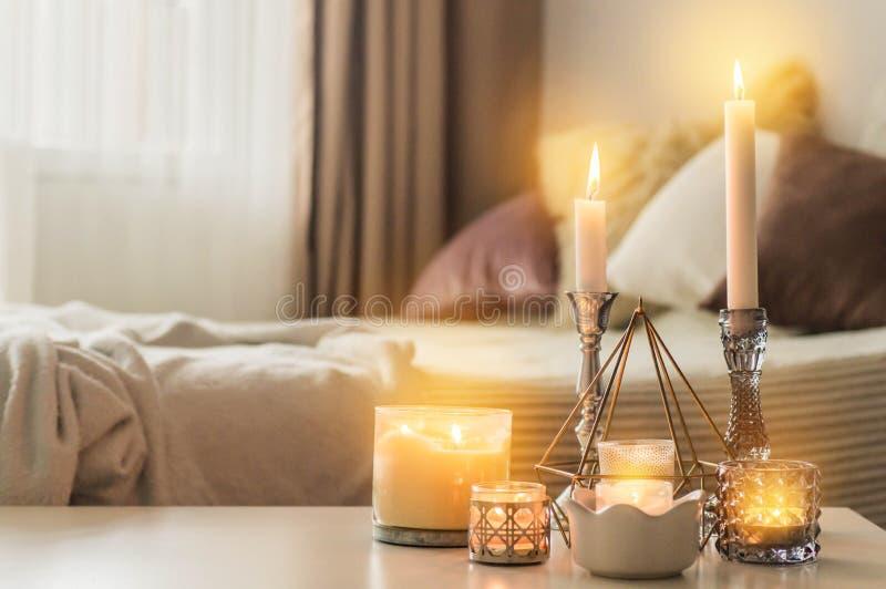 Beaucoup de bougies avec des chandeliers sur le fond ? la maison D?cor ? la maison et ? la maison Bougies de flamme photo libre de droits
