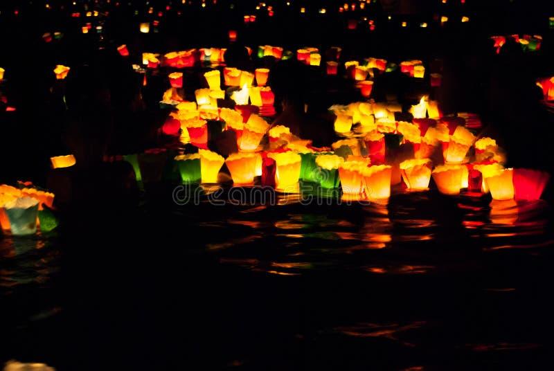 Beaucoup de bougies colorées en mer de Camogli image libre de droits