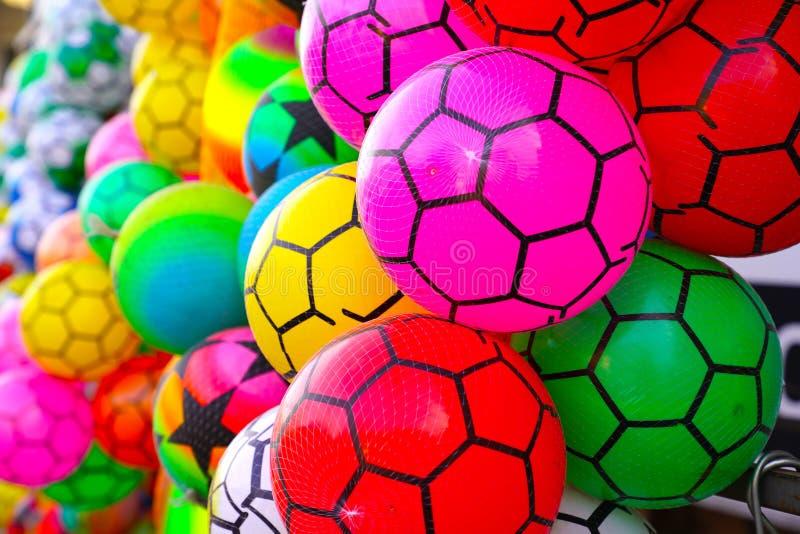 Beaucoup de boules en plastique colorées de nid d'abeilles sur un marché photo stock