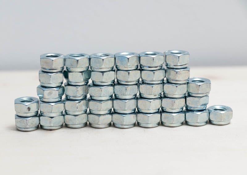 Beaucoup de boulons inoxydables de boulon en métal de chrome multiple photographie stock