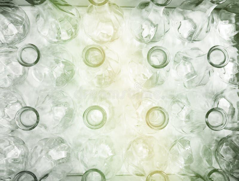 Beaucoup de bouteilles d'eau vides tirées de ci-avant photographie stock libre de droits