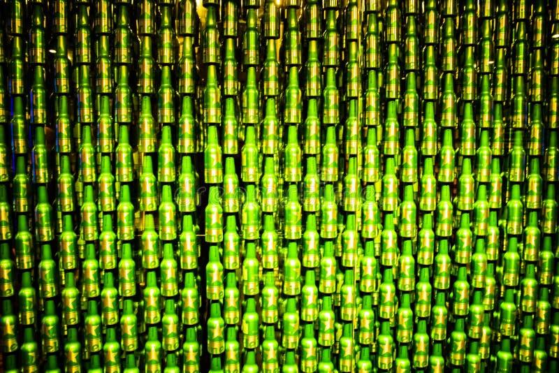 Beaucoup de bouteilles ont ensemble commandé la compilation extrême des bières de heineken photographie stock libre de droits