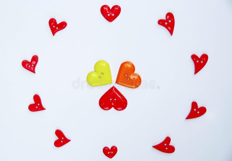 Beaucoup de boutons de forme de coeur disposés sur le papier photos libres de droits