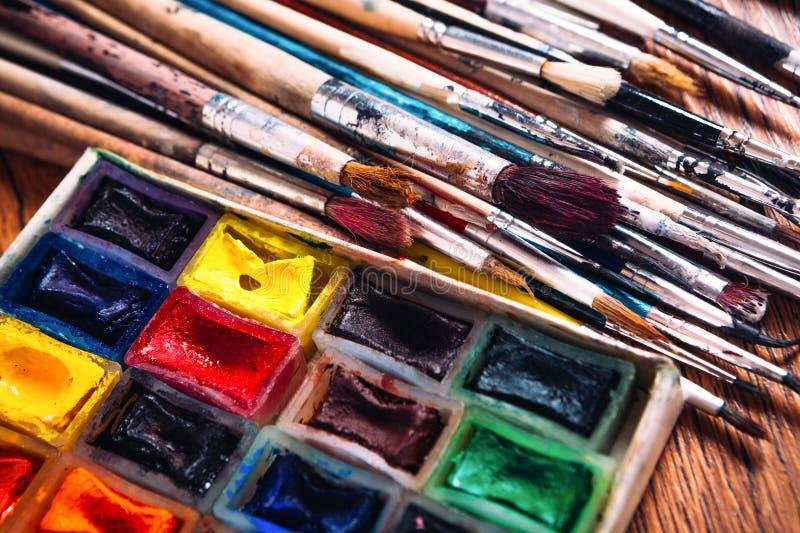 Download Beaucoup De Brosses Et Peinture Pour Peindre Sur Le Fond En Bois Image stock - Image du concept, retrait: 76082691