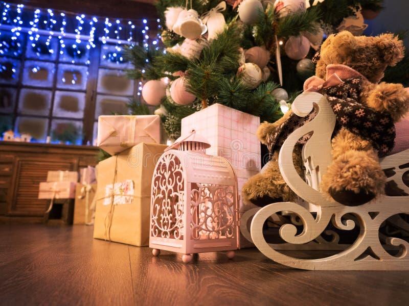 Beaucoup de cadeaux de Noël sur le plancher sur un fond d'arbre de Noël Une grande belle fenêtre au dos de l'avion photos stock