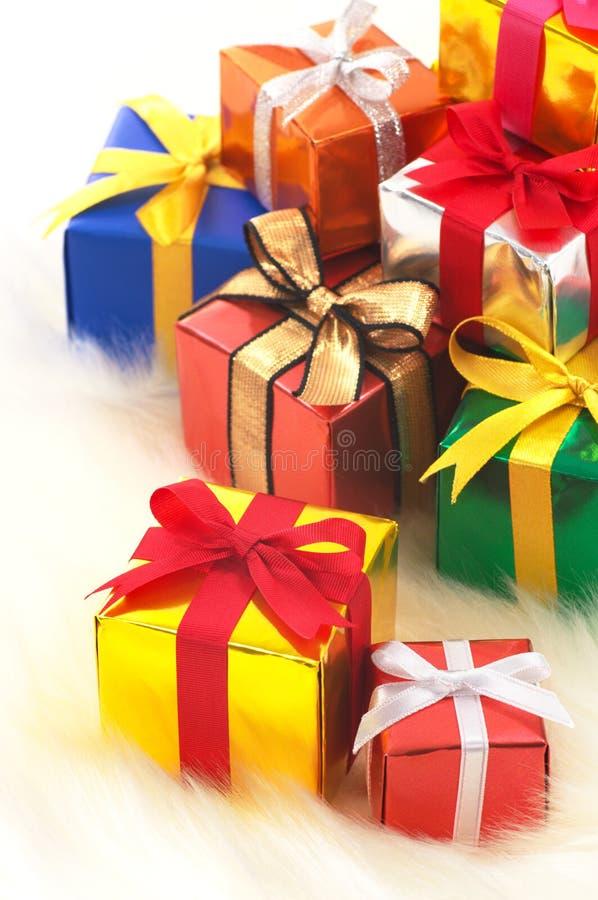 Beaucoup de cadeaux sur la fourrure fausse blanche. photographie stock libre de droits