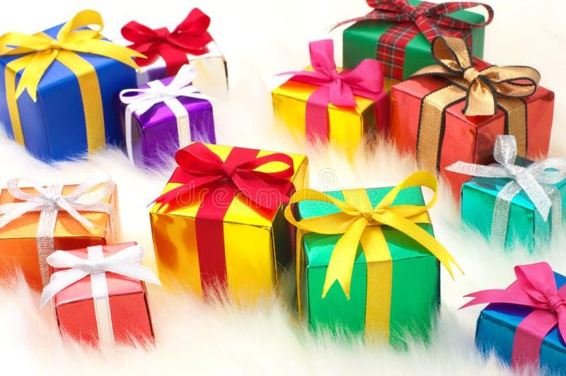 Beaucoup de cadeaux sur la fourrure fausse blanche. (horizontal) photographie stock