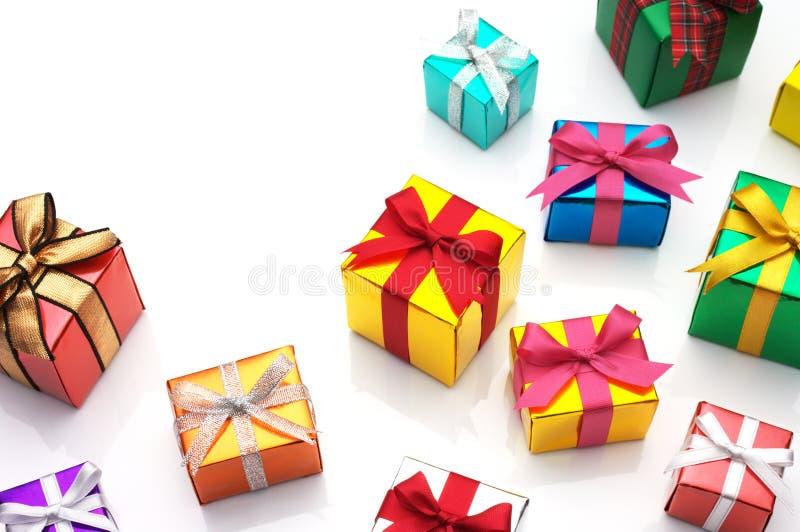 Beaucoup de cadeaux sur le fond blanc avec l'espace de copie. photographie stock libre de droits