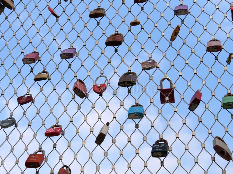 0723 beaucoup de cadenas des amants accrochant sur des balustrades de pont photos stock