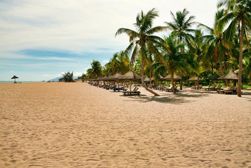 Beaucoup de canapés vides du soleil sur la plage abandonnée de l'île de Hainan photo libre de droits