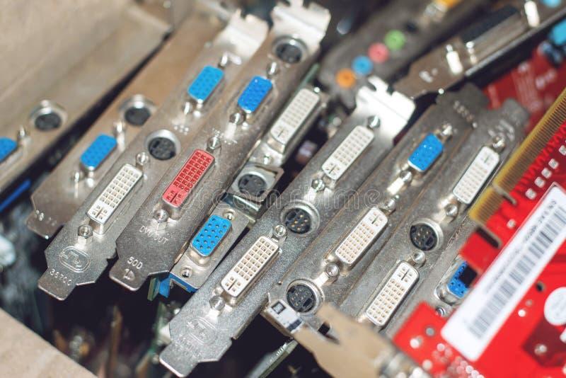 Beaucoup de cartes vidéo Carte graphique et circuits d'ordinateur : DVI, connecteurs de port d'affichage technologie de planète d image stock
