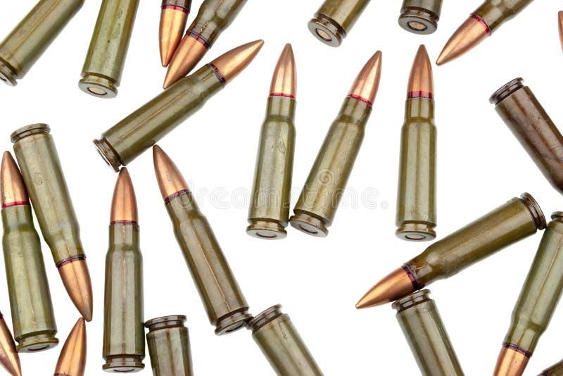 Beaucoup de 7 cartouches de 62 millimètres pour un fusil d'assaut de kalachnikov sur le fond blanc images libres de droits