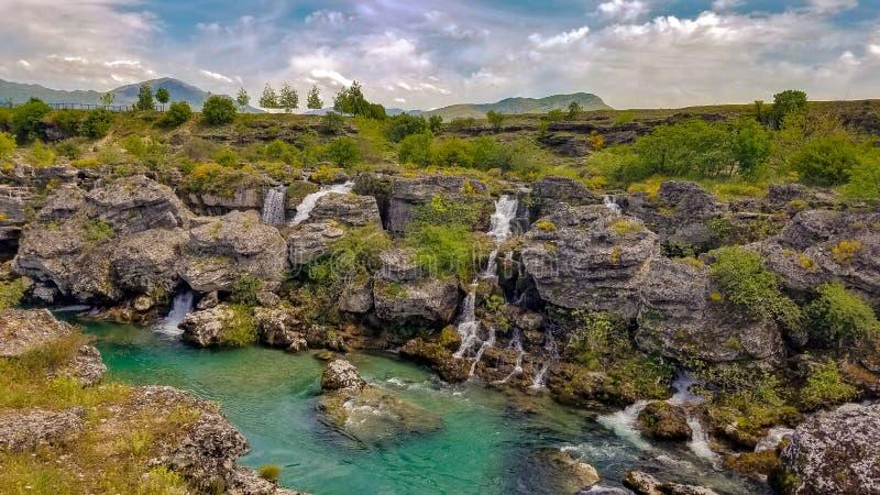 Beaucoup de cascades de cijevna de rivière de turquoise à la destination de Niagara Falls en atmosphère magique photos libres de droits