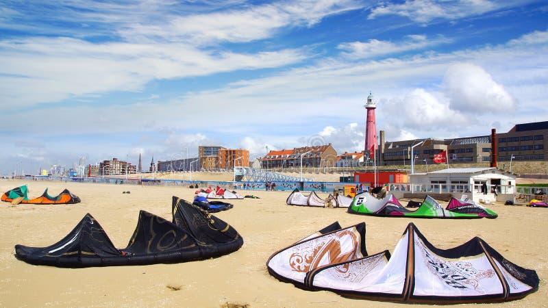 Beaucoup de cerfs-volants kiteboarding sur la plage. image stock