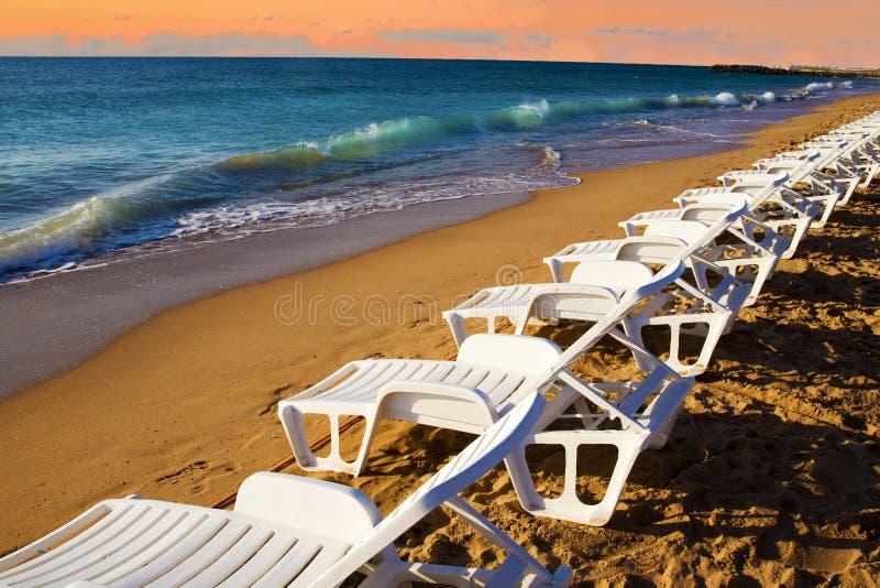 Beaucoup de beaucoup de chaises de plage au matin majestueux près de l'eau La Mer Noire photo stock