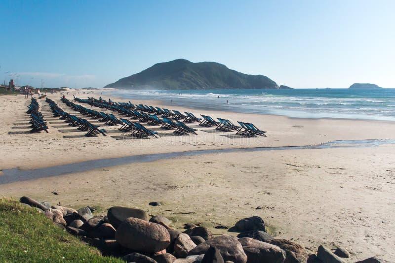 Beaucoup de chaises sur la plage Le Praia font Santinho, polis de ³ de FlorianÃ, Brésil image libre de droits