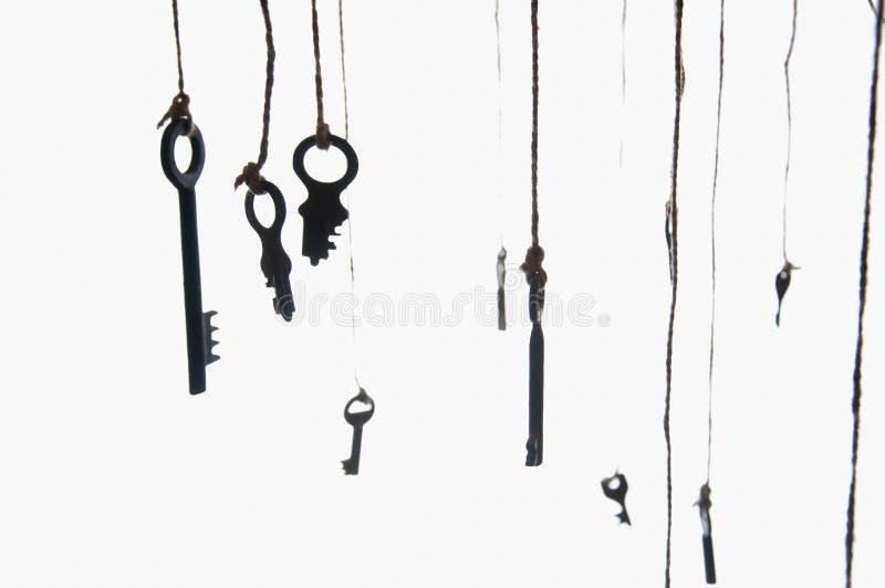 Beaucoup de clés rustiques accrochant sur la ficelle Foyer sélectif D'isolement photographie stock