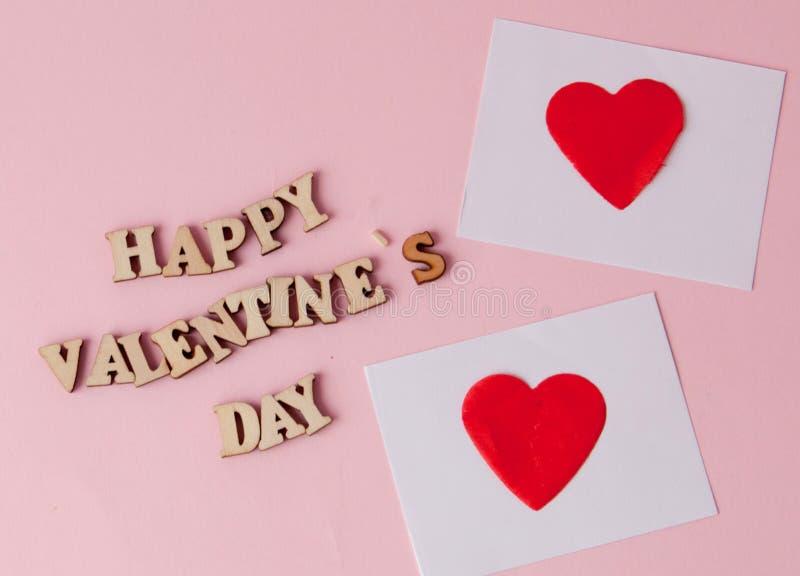 Beaucoup de coeurs avec une Saint-Valentin heureuse d'inscription sur un fond rose Fond pour une carte de voeux pour le saint Val images libres de droits