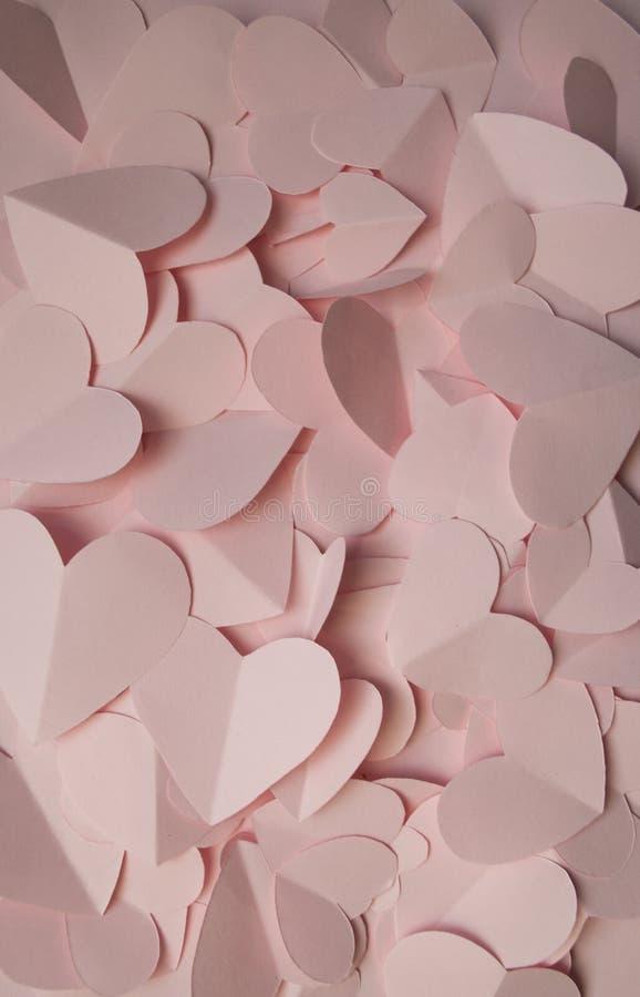 Beaucoup de coeurs de papier forment un fond romantique pour des cartes photographie stock