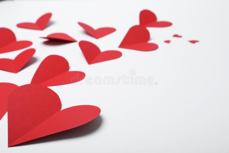 Beaucoup de coeurs de papier rouges photos stock
