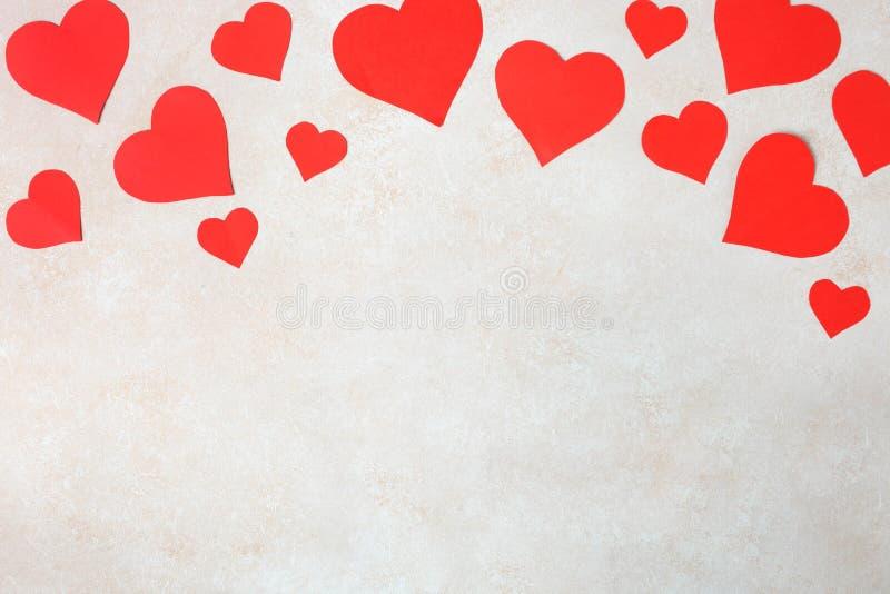 Beaucoup de coeurs de papier rouges photo libre de droits