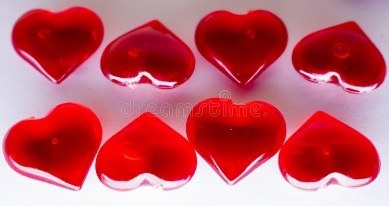 Beaucoup de coeurs transparents rouges image stock