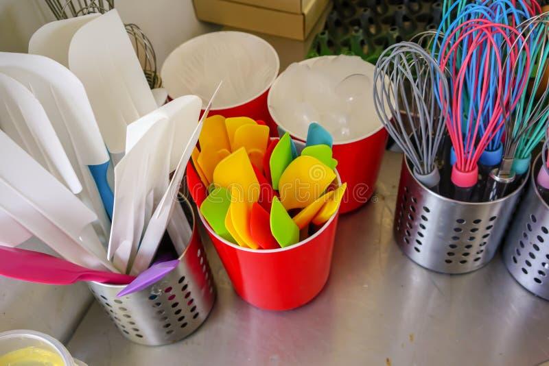 Beaucoup de couleurs des ustensiles de cuisine pour la boulangerie dans le support inoxydable et en plastique photographie stock