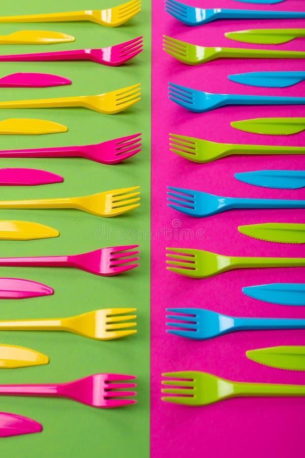 Beaucoup de couteliers de plastique de couleur sur un fond lumineux photos stock