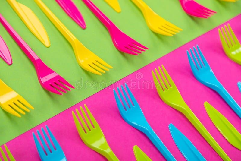 Beaucoup de couteliers de plastique de couleur sur un fond lumineux photo stock