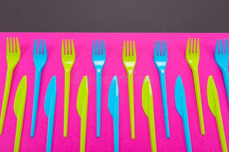 Beaucoup de couteliers de plastique de couleur sur un fond lumineux images stock