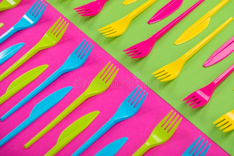 Beaucoup de couteliers de plastique de couleur sur un fond lumineux images libres de droits