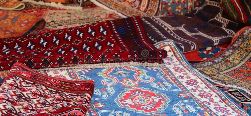 Beaucoup de couvertures persanes et orientales photographie stock