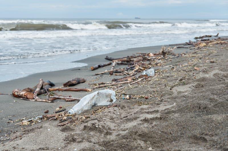 Beaucoup de déchets échoués sur la plage photographie stock