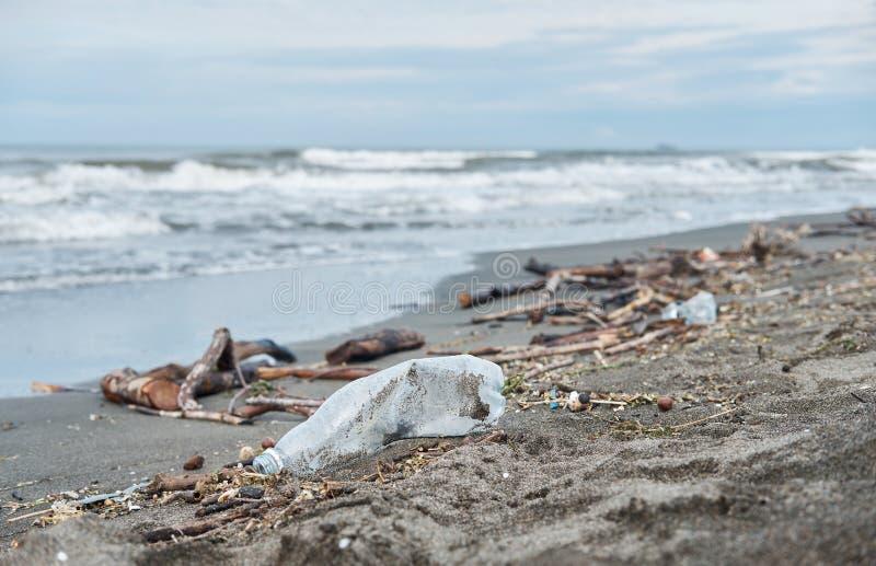 Beaucoup de déchets échoués sur la plage photo libre de droits
