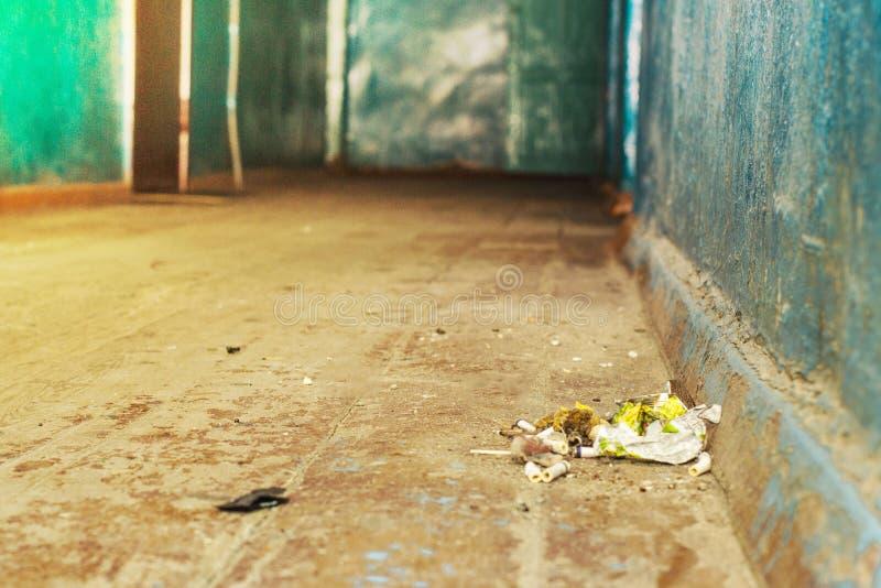 Beaucoup de déchets sur le plancher dans le couloir de la pension avant et fond brouillés avec l'effet de bokeh photo stock