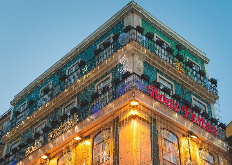Beaucoup de décorations de lumières de Noël dans le bâtiment, Baixa Chiado, Lisbonne, Portugal photo libre de droits