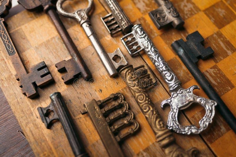 Beaucoup de différentes clés de vintage sur un fond en bois images libres de droits