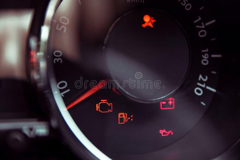 Beaucoup de différentes lumières de tableau de bord de voiture photographie stock